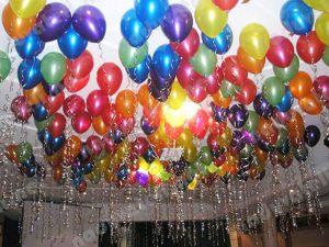 Стильное украшение комнаты новогодними шарами срочно