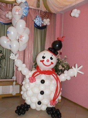 Красивое украшение комнаты новогодними шарами недорого