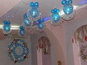 Украшение комнаты новогодними шарами