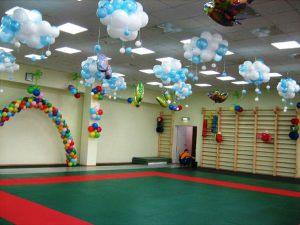 Стильное новогоднее оформление шарами в детском саду срочно