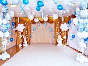 Стильное новогоднее оформление шарами в детском саду недорогое