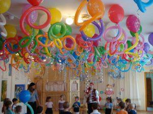 Тематическое новогоднее оформление шарами в детском саду недорогое