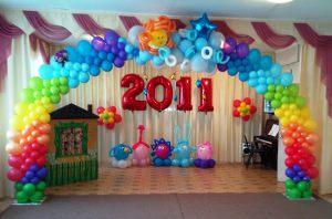 Современное новогоднее оформление шарами в детском саду
