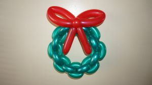 Современный венок из шариков на Новый год