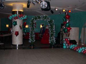 Бюджетное оформление зала из новогодних шаров заказать в Москве