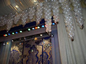 Тематическое оформление зала из новогодних шаров недорогое