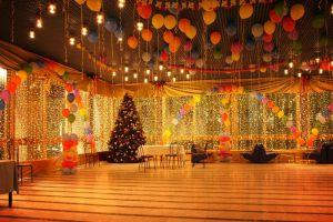 Стильное оформление зала из новогодних шаров срочно