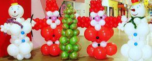 Необычное оформление зала из новогодних шаров