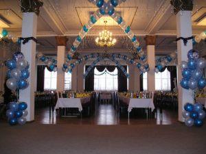 Красивое оформление зала из новогодних шаров