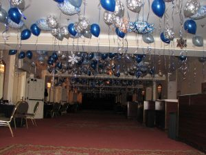 Недорогое оформление зала из новогодних шаров