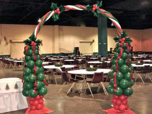 Интересное оформление зала из новогодних шаров срочно