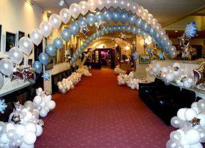 Оригинальное оформление зала из новогодних шаров