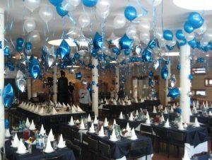 Интересное оформление зала из новогодних шаров заказать в Москве